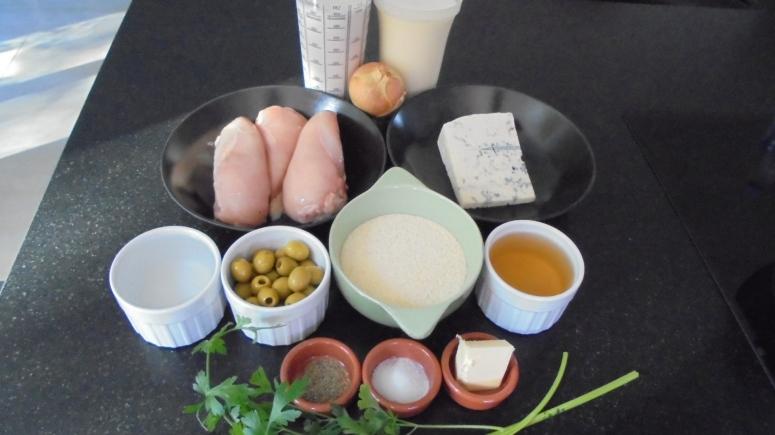 Aiguillette de poulet aux olives et gorgonzola, accompagné de semoule  (5)