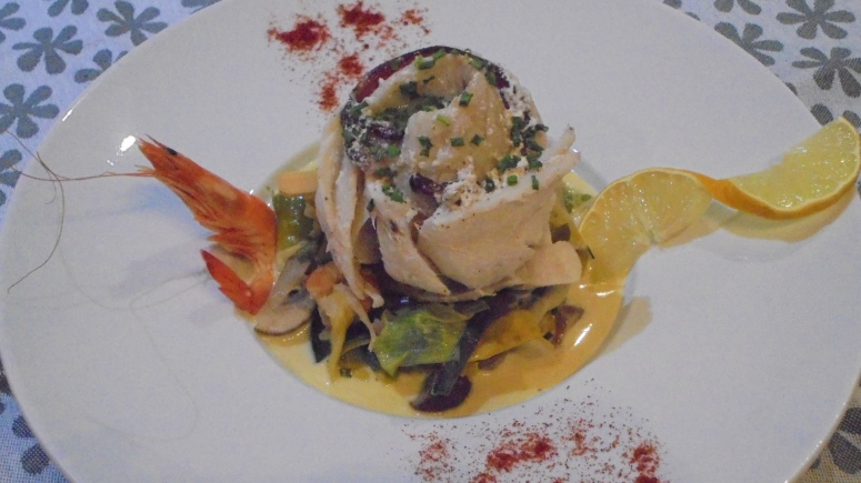 roule-de-merlan-au-lard-sur-fondu-de-poireau-aux-crevettes-1