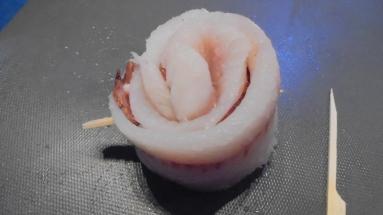 roule-de-merlan-au-lard-sur-fondu-de-poireau-aux-crevettes-6