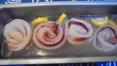 roule-de-merlan-au-lard-sur-fondu-de-poireau-aux-crevettes-8