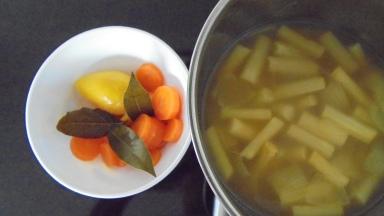 Crème d'asperges au lard et tuile de comté (18)
