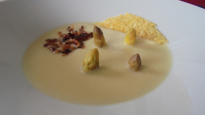 Crème d'asperges au lard et tuile de comté (25)